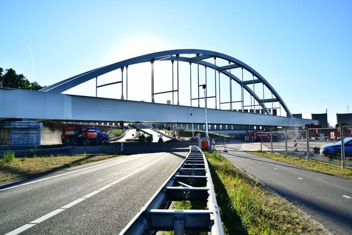 Een hele operatie, maar hij staat: de brug over de Thomassentunnel.