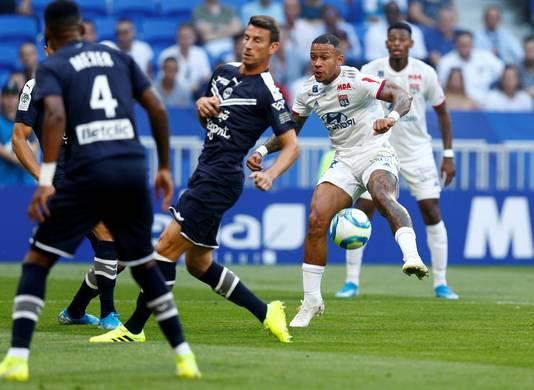 Memphis Depay (r) in actie namens Lyon. In Ligue 1 wordt een stuk minder gescoord dan in de eredivisie.