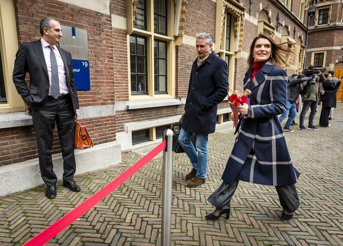 Barbara Visser, staatssecretaris van Defensie, komt aan op het Binnenhof voor de wekelijkse ministerraad.