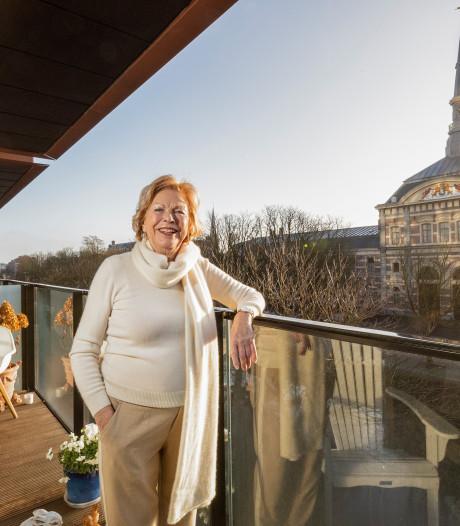 Henny (80) geniet als ze ziet dat de paarden van de Koninklijke Stallen worden 'uitgelaten'