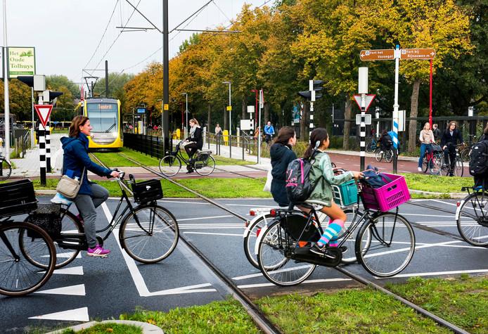 Kruising Platolaan Weg tot de Wetenschap. Gemeente wil hier een omleiding voor fietsers invoeren