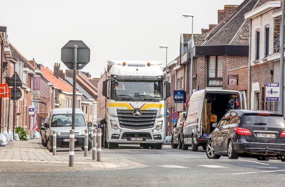 De gewestweg waar veel vrachtwagens gebruik van maken  is een verantwoordelijkheid van de overheid.