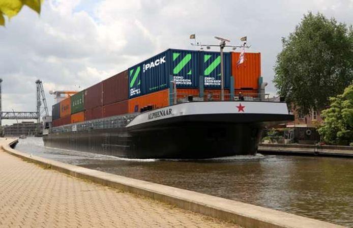 Artist Impressie van een binnenvaartschip met een batterijenpakket aan boord. De accu's zitten in de twee containers met de letter Z.
