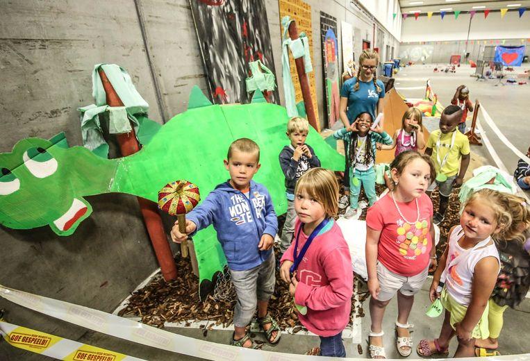 Deze kinderen zijn bij een dinosaurus aanbeland.