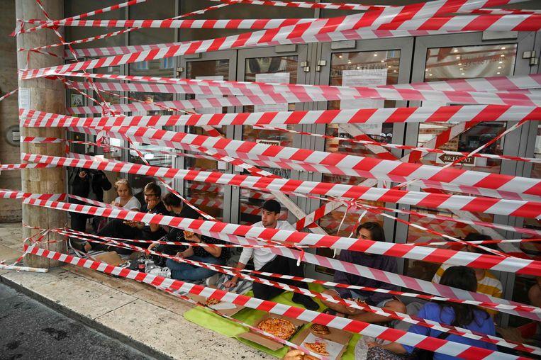 Studenten vormen een blokkade voor de ingang van de Universiteit in Boedapest.  Beeld AFP
