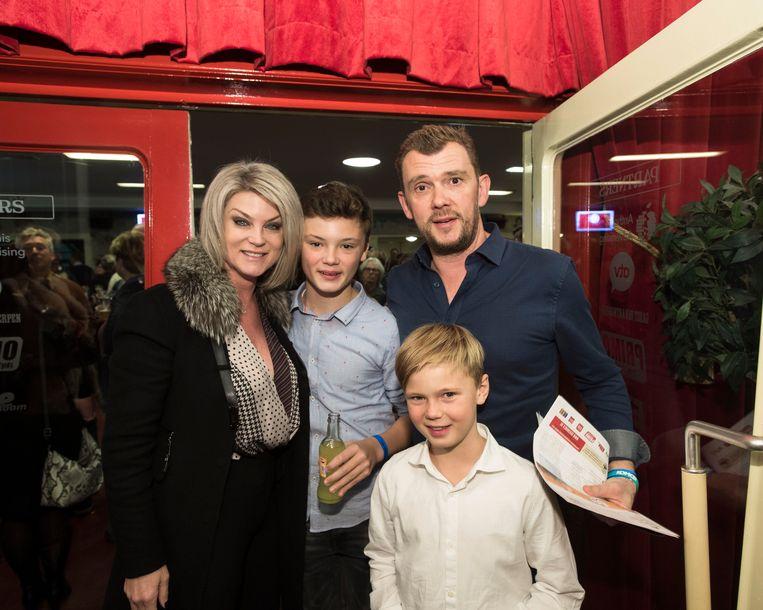 Christophe Stienlet en Joyce de Troch met haar kinderen.