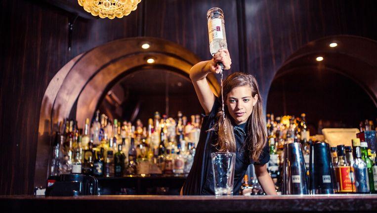 Tess Posthumus werkt in bar Door74 in de Reguliersdwarsstraat. Beeld Ming Chao
