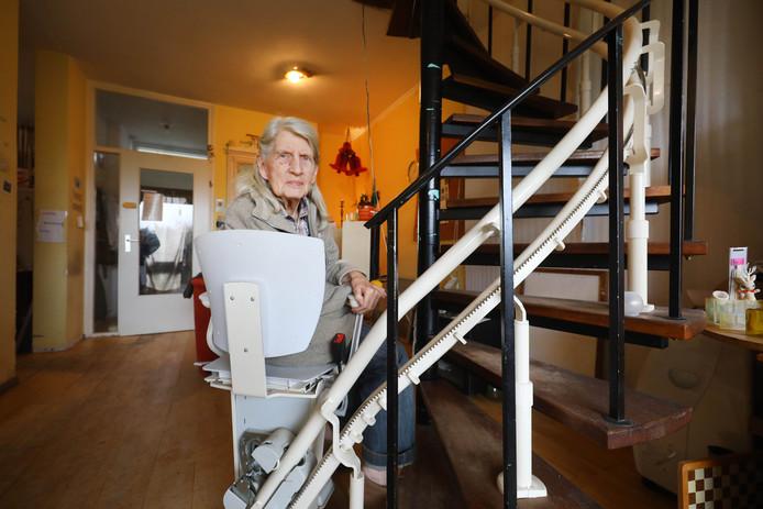 Mevrouw Van der Poort op de gevaarlijke traplift.