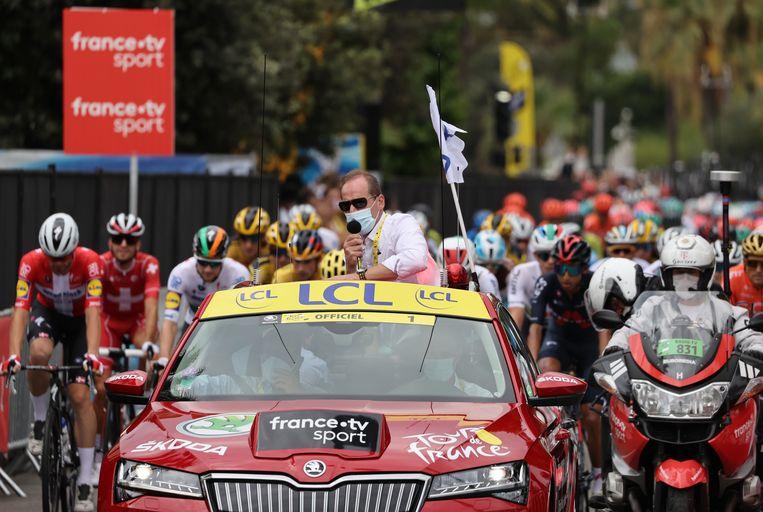 Tourbaas Christian Prudhomme, die hier met mondkapje het peloton aanvoert, is positief getest op corona. Beeld AFP