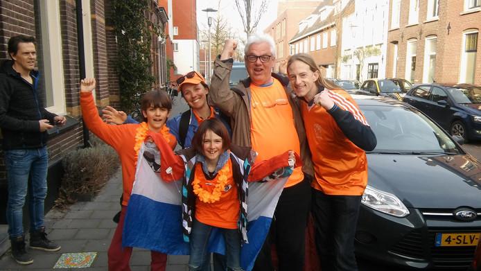 Het gezin Franssen met overbuurman Arnoud Klijn.