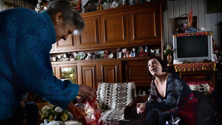 Sandy Deckers bezoekt de 80-jarige mevrouw Van Benthem, die om hulp bij het huishouden heeft gevraagd Beeld Marcel van den Bergh