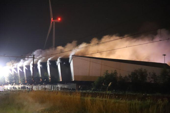 Bij de brand in de overslaghal van de Avri kwam veel rook vrij.