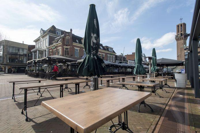 De terrassen zijn leeg, zoals hier in Hengelo. Terwijl nu de tijd aanbreekt dat horecaondernemers hun geld weer moeten aan verdienen.
