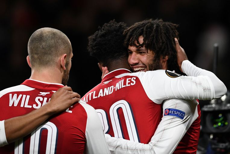 Mohamed Elneny krijgt felicitaties van zijn ploegmaats bij Arsenal.