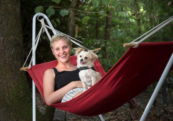 Lisanne ontspant in een hangmat. ,,Als kankerpatiënt heb ik geleerd meer bij de dag te leven, maar ik wil niet dat de ziekte mijn leven beheerst. Ik wil ook toekomstplannen kunnen maken.''
