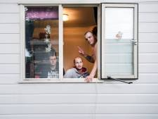 Huisvesters praten met buurtbewoners over plannen voor arbeidsmigranten