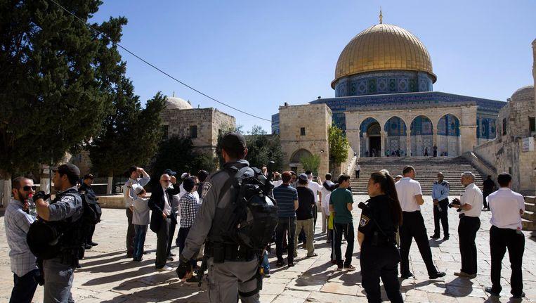 Israëlische politieagenten begeleiden Arabieren in het oude centrum van Jeruzalem. Beeld epa