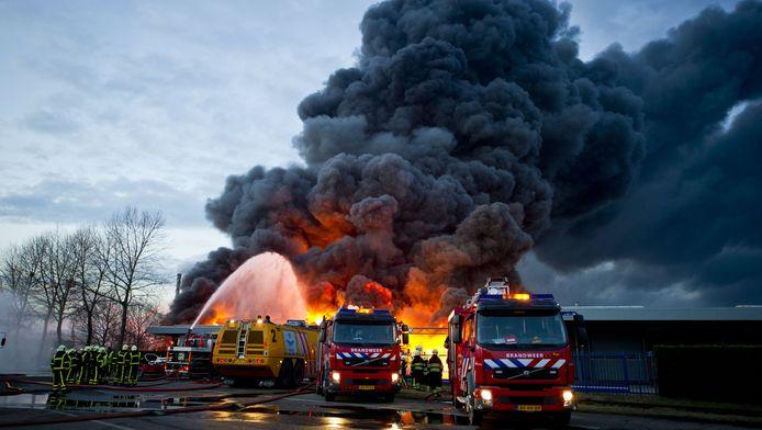 Brandweerlieden bestrijden de brand die woedt bij Chemie-Pack in Moerdijk.