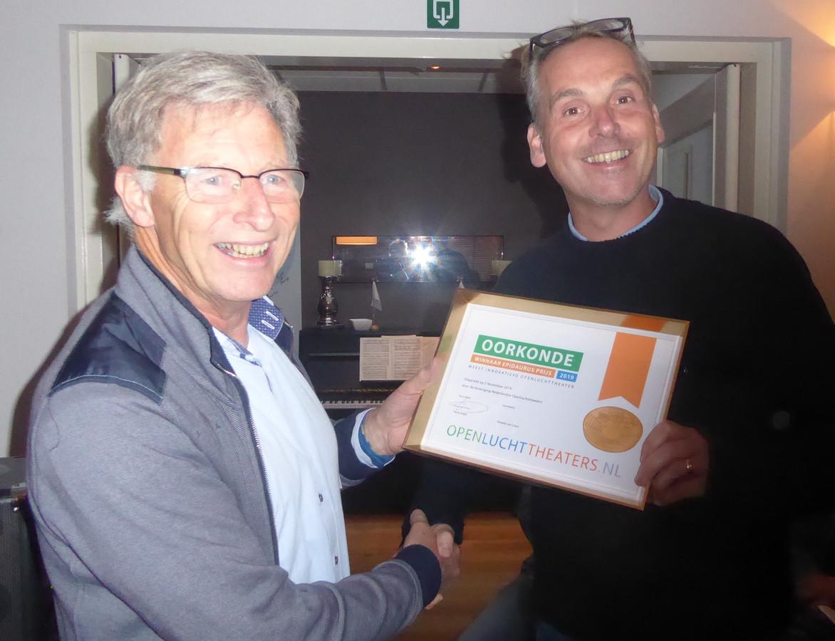 'Henk Voets (links), voorzitter openluchttheaters.nl reikt de oorkonde uit aan Pieter-Jan van Hoof (rechts), voorzitter Natuurtheater De Kersouwe.