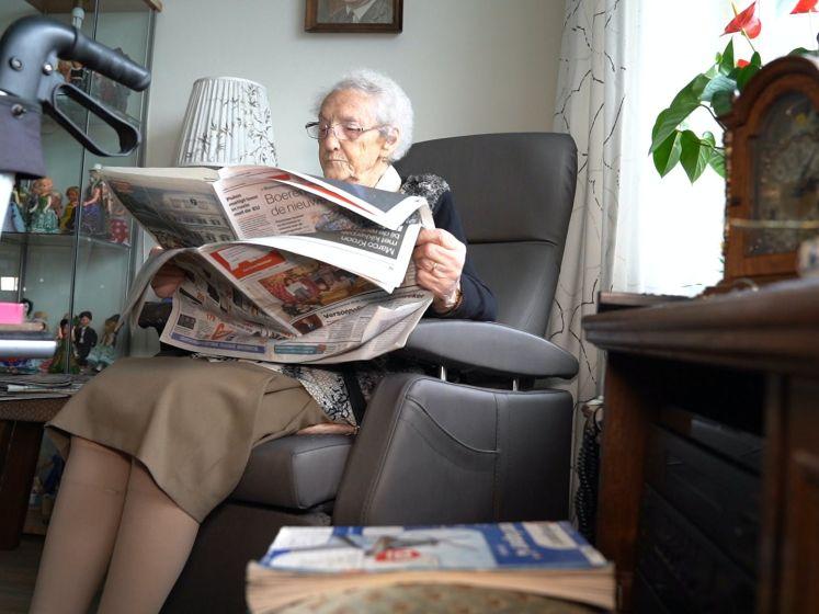 'Tante Stina' (101) leest de krant al sinds de oorlog en kan niet zonder: 'De sport sla ik over'