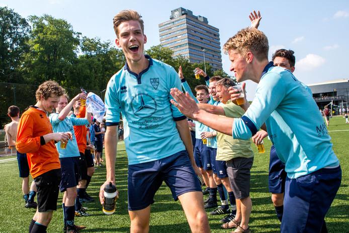 FC Kunde  op archiefbeeld na het behalen van het kampioenschap in de vijfde klasse.