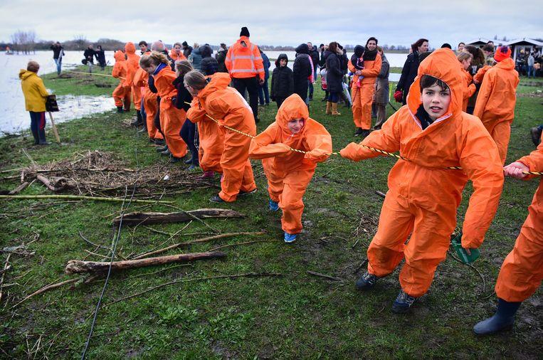 Verontruste bewoners voeren actie bij zandwinlocatie Over de Maas bij Dreumel tegen de stort van granuliet.  Beeld Marcel van den Bergh