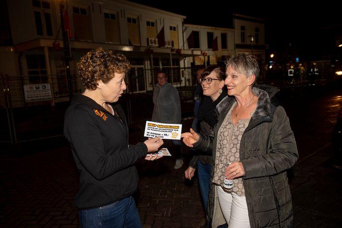 Buiten de tent kregen de bezoekers van het Brummense feest al een Help ons Helpen!-folder overhandigd.