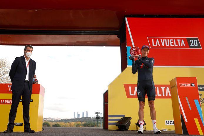 Froome met de Vuelta-trofee uit 2011.