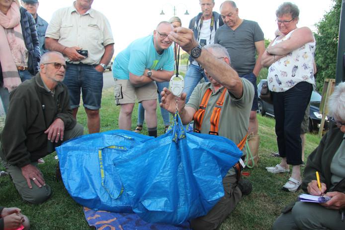 Leo Daanen weegt de lichtste ooievaar: 2,9 kg.