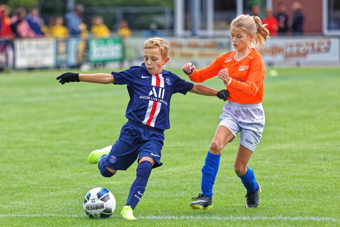 Bij voetbalvereniging Seolto uit Zevenbergen vindt vrijdag, zaterdag en zondag een groot jeugdtoernooi plaats. Het toernooi werd afgetrapt met een wedstrijd tussen Seolto (oranje shirts) en Paris Saint Germain.