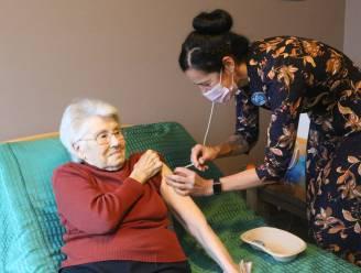 """Bewoners WZC Sorgvliet krijgen als eerste prikje in Hageland: """"In mei alvast weekje naar de zee"""", reageert 91-jarige Simonne Frederickx"""