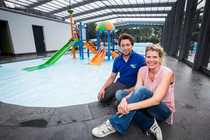 Eigenaar Laurens Heerdink met zijn vrouw Elles bij het nieuw aangelegde zwembad (peuterbad en groot bad) waarvan het dak open en dicht kan.