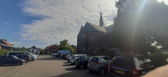 Naast de kerk aan de Oosterkerkstraat is een grote parkeerplaats.