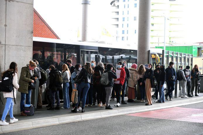 Veel volk op de busperrons in Leuven en dat is slecht nieuws voor de coronacijfers, zelfs al houdt iedereen zich goed aan de regels.
