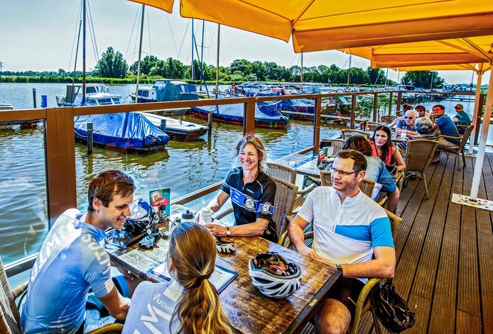 Het terras van restaurant Meerenbos ligt aan de kleine jachthaven. Je zit er heerlijk en de bediening is uitstekend.