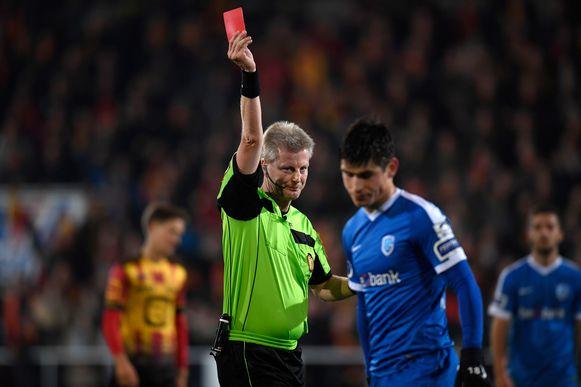 Dierick toont Malinovskyi de rode kaart in de bekerpartij op KV Mechelen.