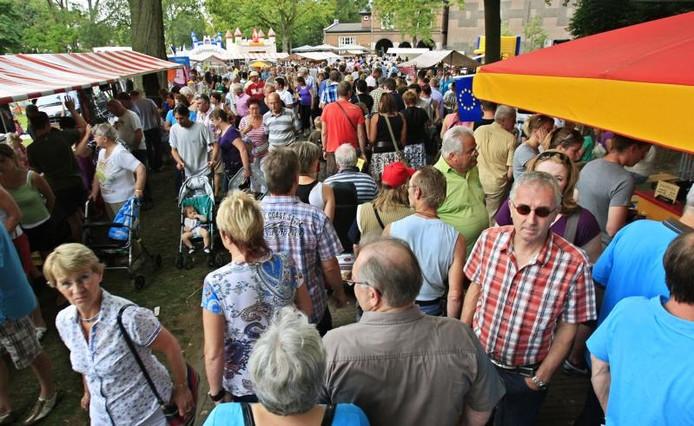 Grote drukte tijdens een vorige editie van de Brabantse Markt in de Helmondse kasteeltuin. archieffoto René Manders