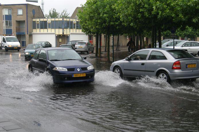 Archiefbeeld van wateroverlast aan het Raadhuisplein in Nieuwerkerk aan den IJssel.