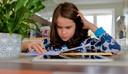 Gabriël uit Helmond werkt aan een schoolopdracht.