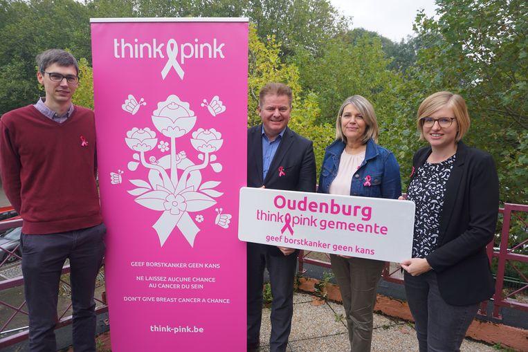 Oudenburg wordt een officiële partner van Think Pink, de negentiende in ons land. Vlnr.: schepen Stijn Jonckheere (N-VA), burgemeester Anthony Dumarey (Open Vld), Heidi Vansevenant van Think-Pink en schepen Romina Vanhooren (Open Vld).