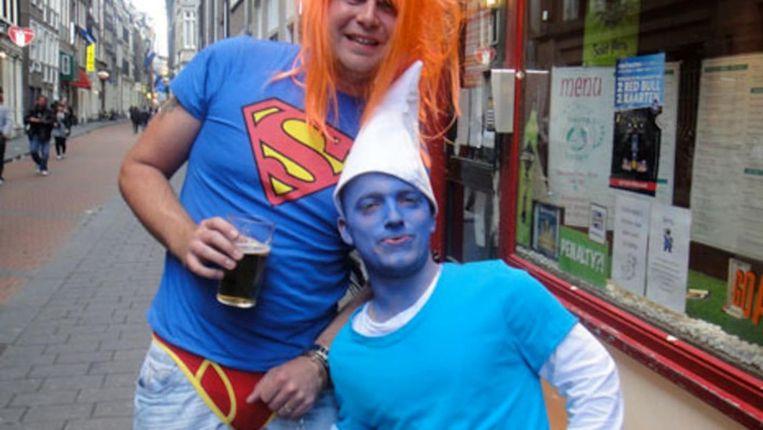 Geketend met handboeien aan een levende smurf, slechts een van de voorbeelden van bizarre tours in Amsterdam Beeld pissup.com
