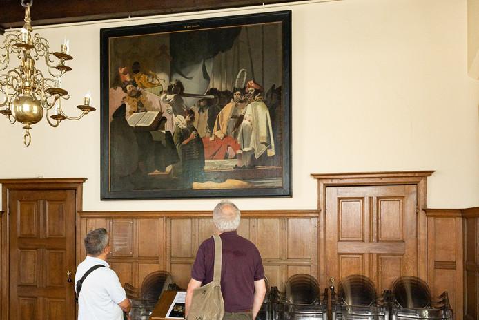 Het schilderij 'Het Oordeel van Graaf Willem de Goede' is binnenkort in het Rijksmuseum te zien. Enkele toeristen nemen een kijkje nu het nog in Het Oude Stadhuis in Hasselt hangt.