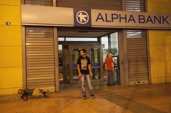 Een gesloten bank in Athene. Gepensioneerden die geen bankkaart hebben, zullen vanaf morgen 120 euro per week in de bank kunnen afhalen.