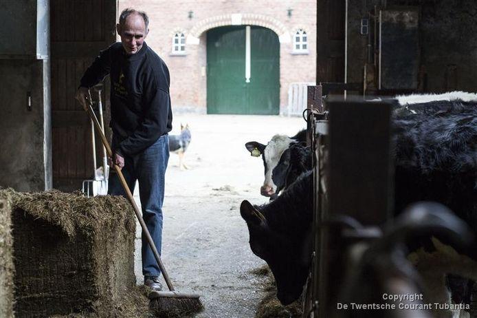 Terwijl op de achtergrond zijn maatje Roland de wacht houdt, veegt Paul Brummelhuis de stallen schoon. Op gevoel, want hij ziet vrijwel niets.