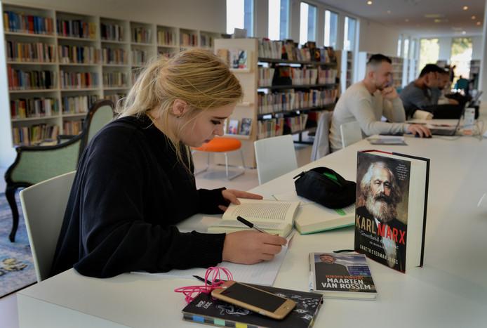 De verplichte leeslijst en boekverslagen verpesten het leesplezier van jongeren. Zij ervaren lezen vooral als een verplichting.
