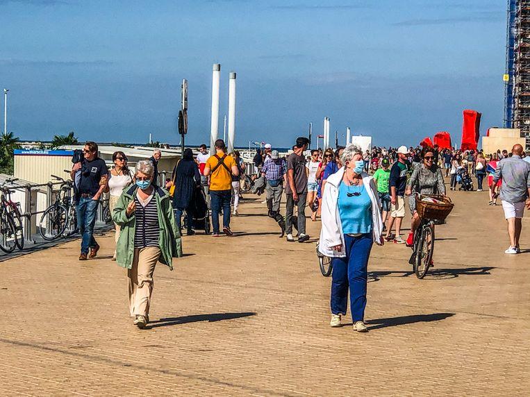 Twee dames met mondmasker op de zeedijk in Oostende. Krijgen we dat beeld vaker te zien vanaf komend weekend?