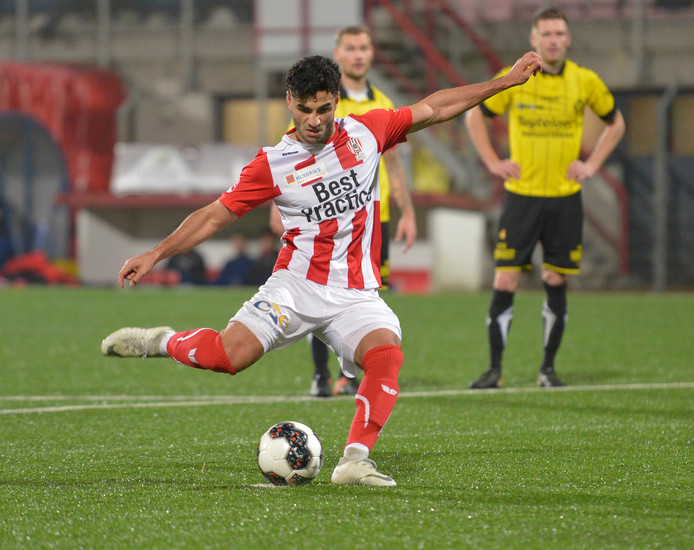 Huseyin Dogan scoort uit een strafschop. De aanvaller van Oss trof in het oefenduel met Dessel Sport drie keer doel.