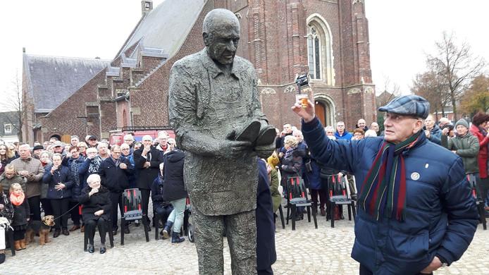 Fons van Herck brengt een toost uit op het zaterdag in Moergestel onthulde standbeeld van de schoenmaker.