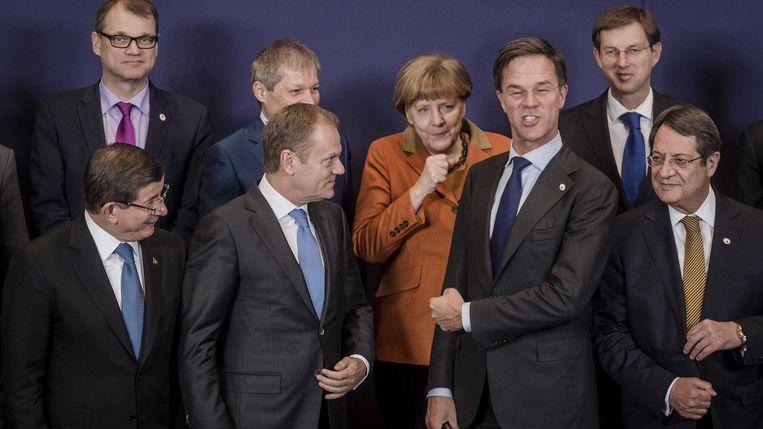 Voorzitter van de Europese raad Donald Tusk, de Nederlandse premier Mark Rutte, De Duitse Bondskanselier Angela Merkel lachen samen met andere Europese leiders tijdens de traditionele familiefoto op de Europees-Turkse topconferentie over de vluchtelingencrisis eerder dit jaar. Beeld anp