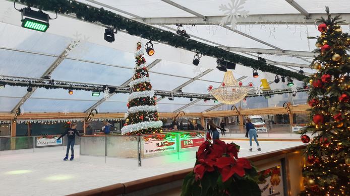 De Grote Markt staat deze weken in het teken van de schaatsbaan.
